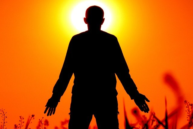 muž a západ slunce
