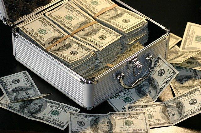 bankovky v kufru