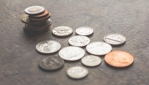 peníze mince a hromádky